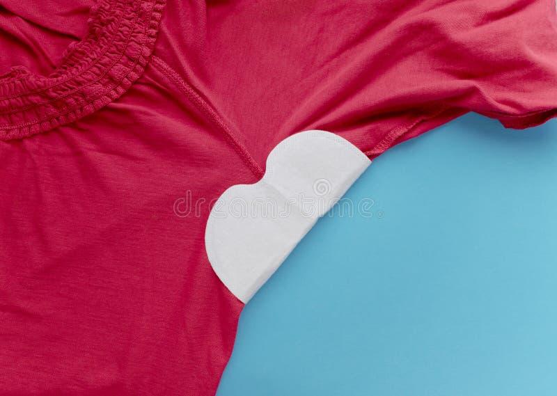 Strook van zweet in bijlage aan de oksels aan kleren Hoe te om kleren tegen zweetvlek te beschermen stock afbeelding