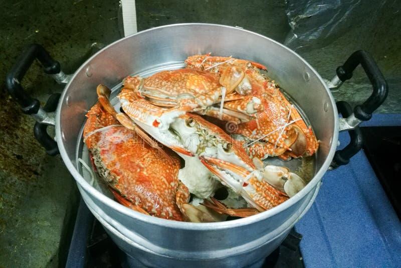 Stroom grote krabben op de pot royalty-vrije stock afbeeldingen