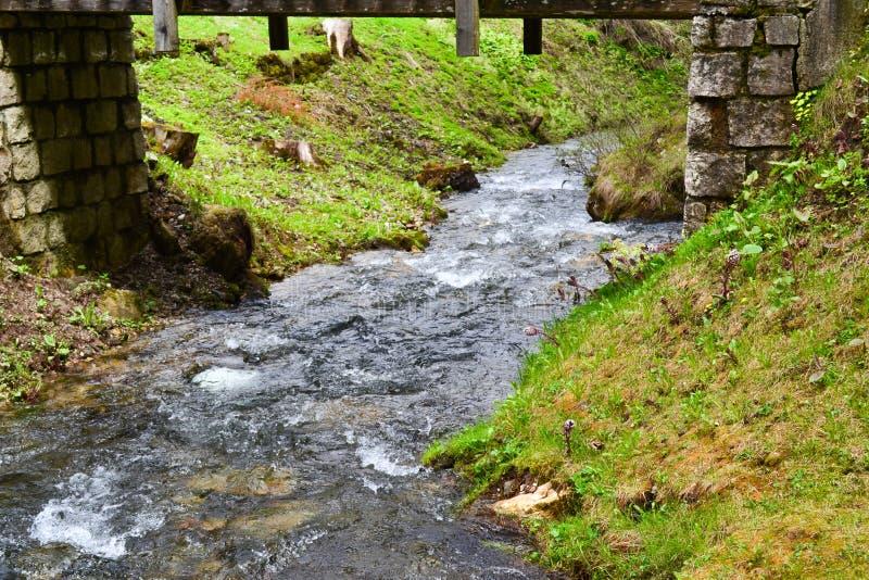 Stroom met stromend water onder de brug royalty-vrije stock foto