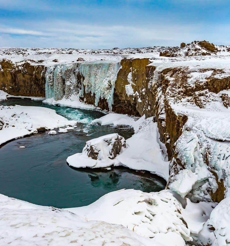 Stroomafwaarts van Hranabjargafoss-waterval in IJsland tijdens wint stock foto