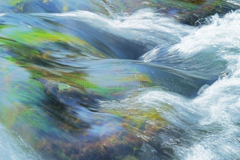 Stroomstroomversnelling in een rivier royalty-vrije stock afbeeldingen