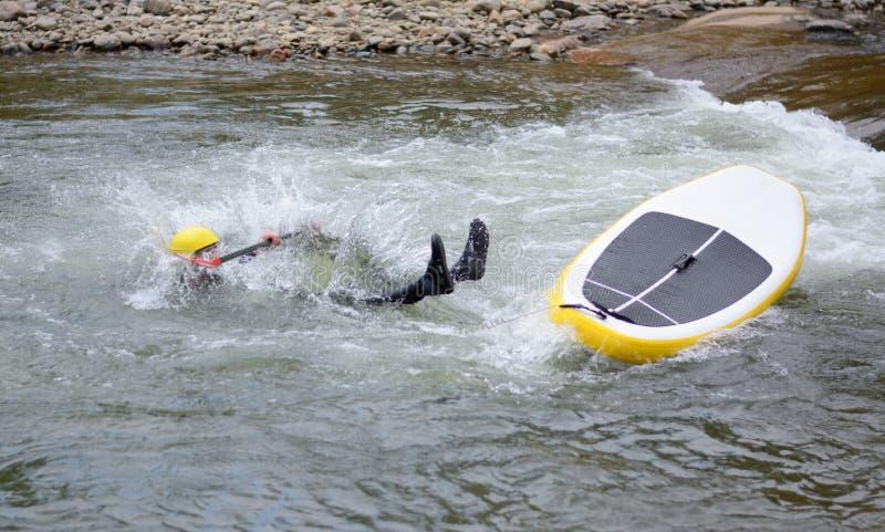 Stroomversnelling de rivier die doet surfen teniet royalty-vrije stock afbeeldingen