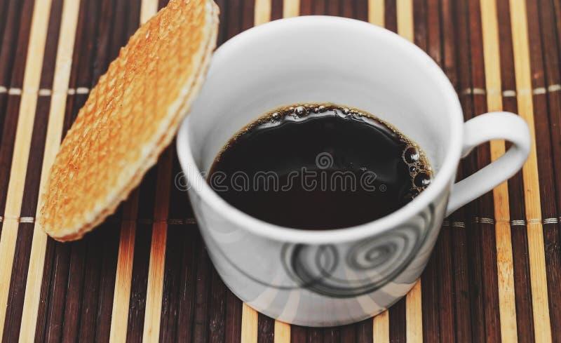 Stroopwafel und schwarzer Kaffee stockfotografie