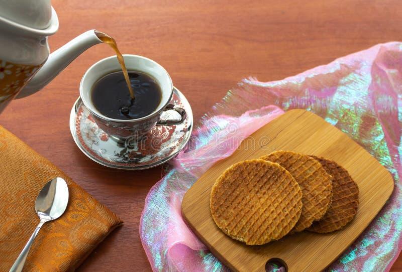 Stroopwafels avec du café a servi d'un broc image libre de droits
