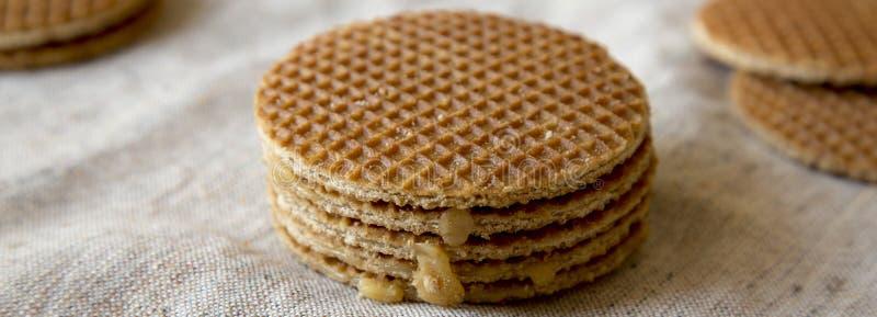 Stroopwafels holandeses hechos en casa con el relleno del miel-caramelo en el paño, vista lateral Primer fotos de archivo libres de regalías