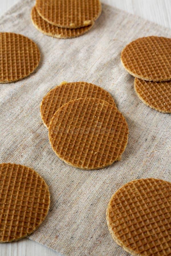 Stroopwafels holandeses hechos en casa deliciosos con el relleno del miel-caramelo en el paño, opinión de ángulo bajo fotografía de archivo libre de regalías