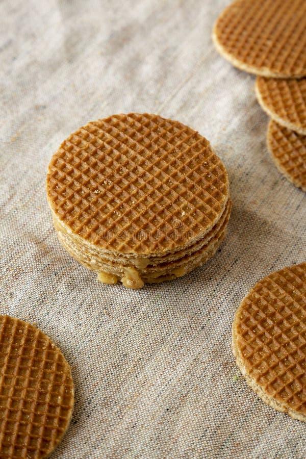 Stroopwafels holandeses hechos en casa sabrosos con el relleno del miel-caramelo en el pa?o, opini?n de ?ngulo bajo Primer fotos de archivo libres de regalías