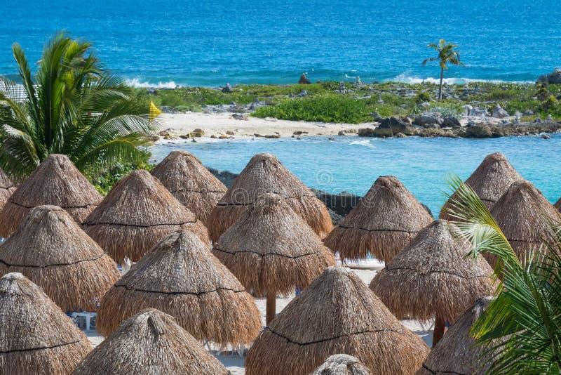 Stroparaplu's op mooi zonnig strand door het turkooise overzees, oceaan royalty-vrije stock afbeeldingen