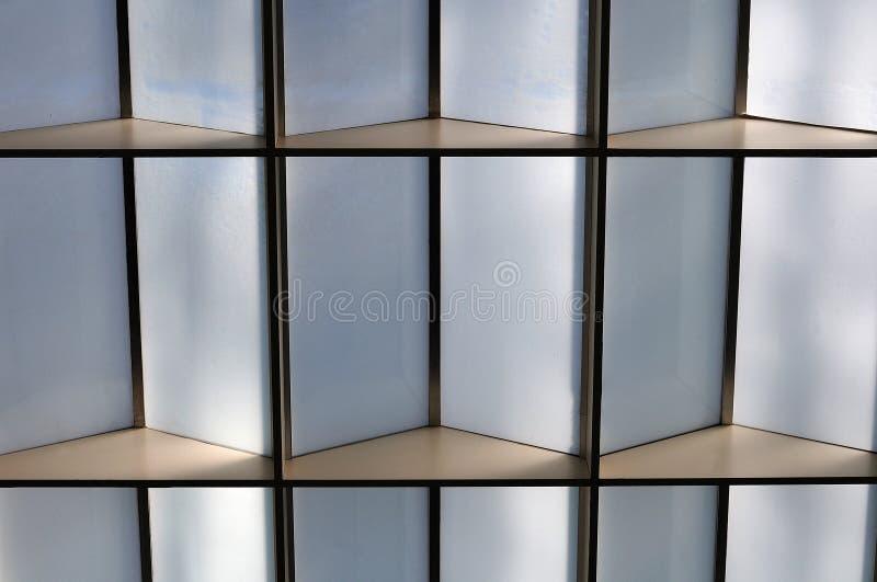 Stropować z przyrodnimi przejrzystymi szklanymi elementami obraz stock