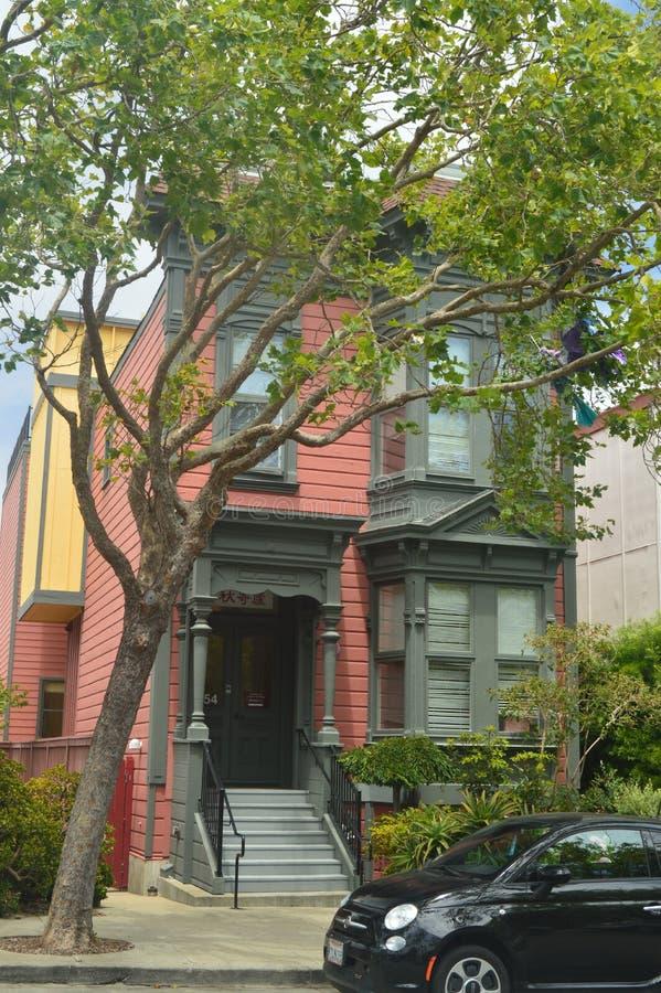 Strosa längs San Francisco Street We Find These de viktorianska husen Loppet semestrar arkitektur arkivbild