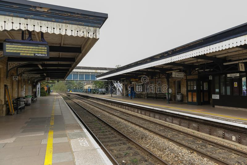 Stroud-Bahnhof mit leerer Plattform stockfotografie