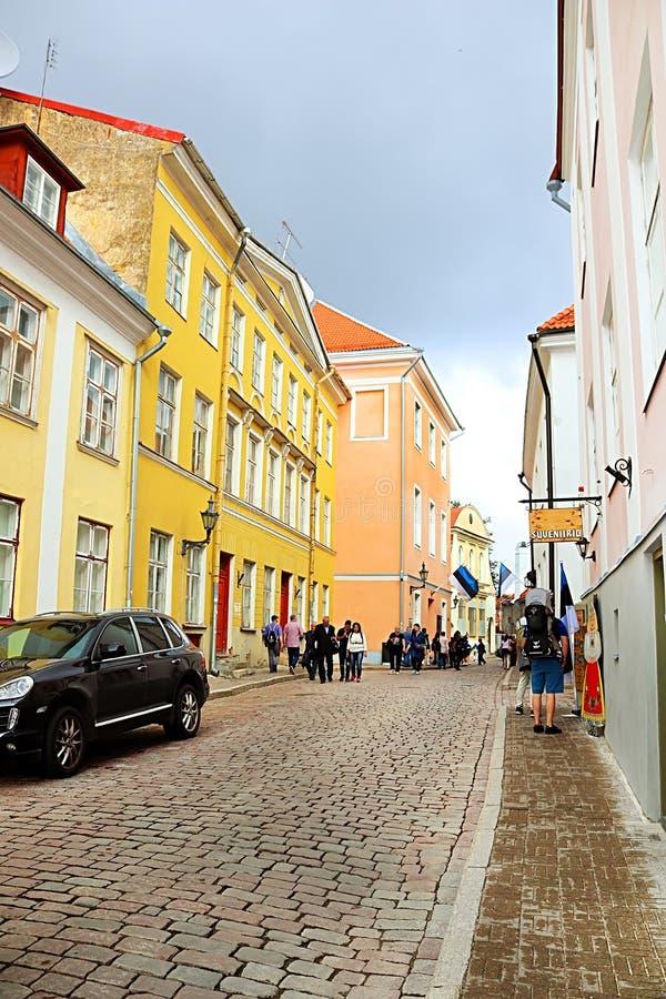 strret的不明身份的人在老镇,塔林,爱沙尼亚 库存照片