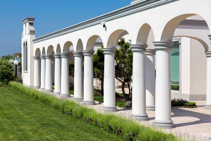 Structure arquée avec l'architecture d'arrière-cour de colonnes photo libre de droits