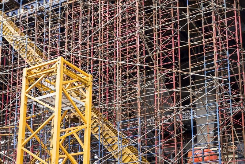 Structure d'échafaudage au chantier de construction images libres de droits