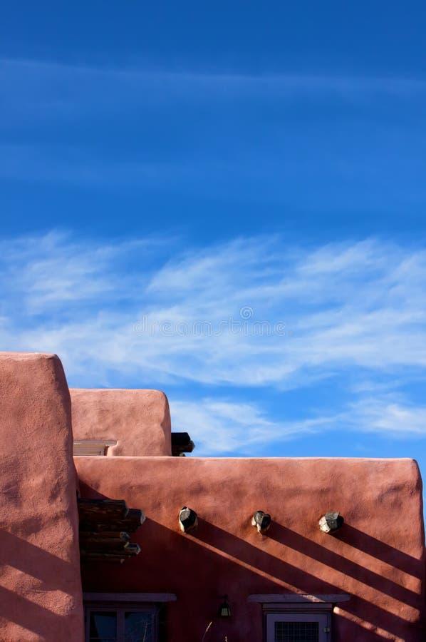 Structure d'Adobe contre un ciel bleu lumineux image stock