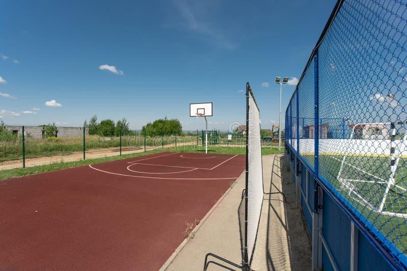 Structure de basket-ball dans un terrain de jeu ext?rieur entour? par des arbres en parc image stock