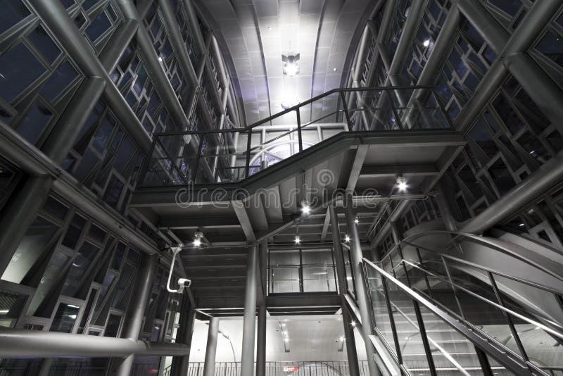 Structure de pylônes industrielle moderne en métal images libres de droits