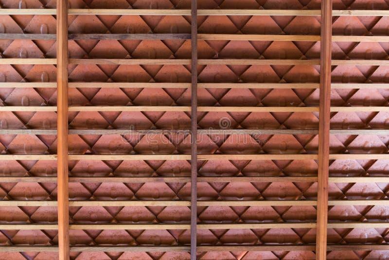 Structure de toit en bois avec des tuiles de toit de terre cuite photos stock