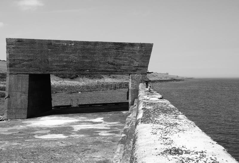 Structure en béton sur le port au craster dans le northumbria image libre de droits