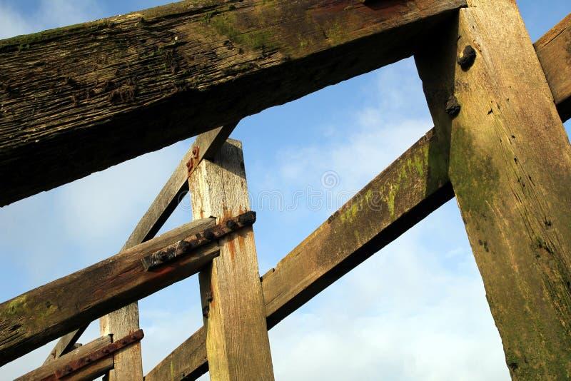 Structure en bois de brise-lames sur la plage de bardeau, tir contre le bleu photo stock