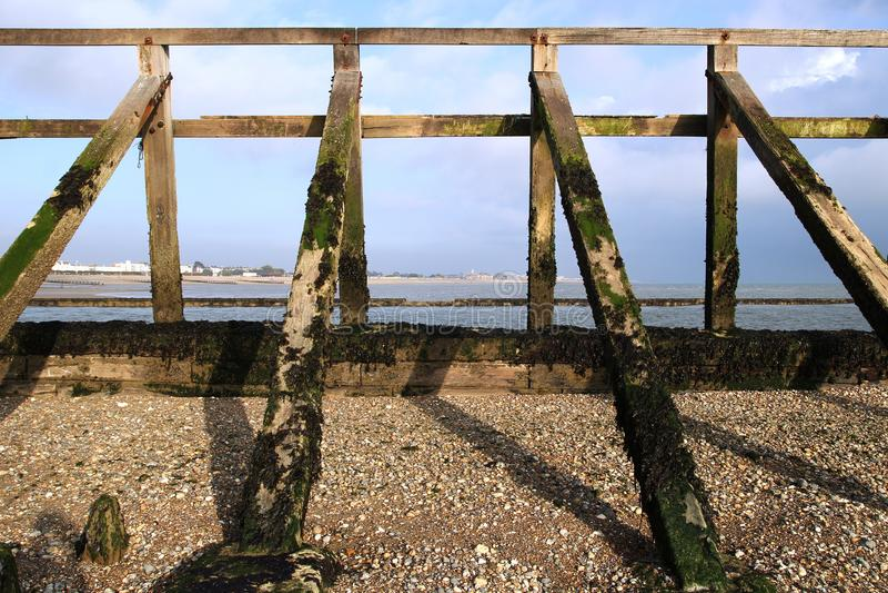 Structure en bois de brise-lames sur la plage de bardeau, tir symétrique a photographie stock libre de droits