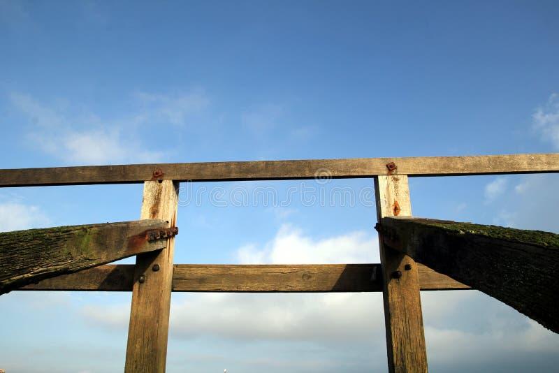 Structure en bois de brise-lames sur la plage de bardeau, tir symétrique a image stock