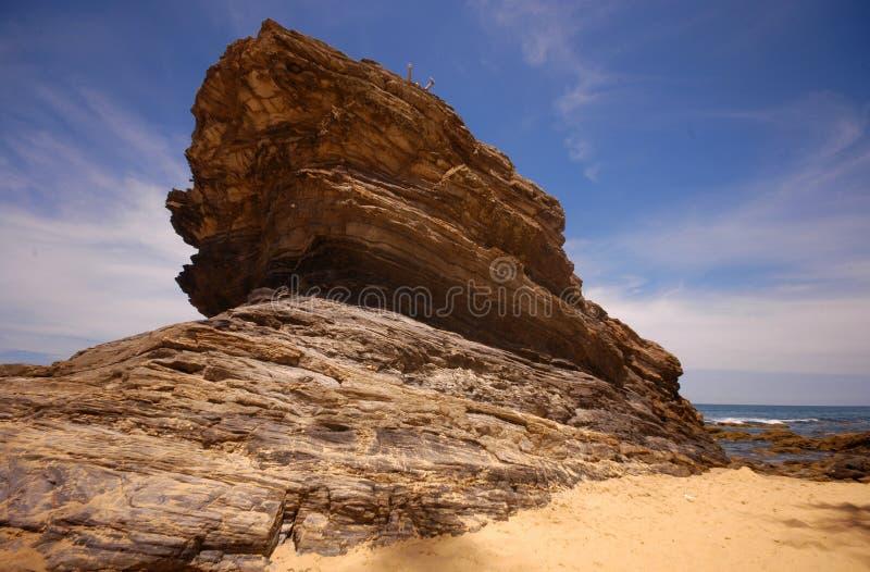 Structure en pierre des effets d'érosion de vent près d'une plage images stock