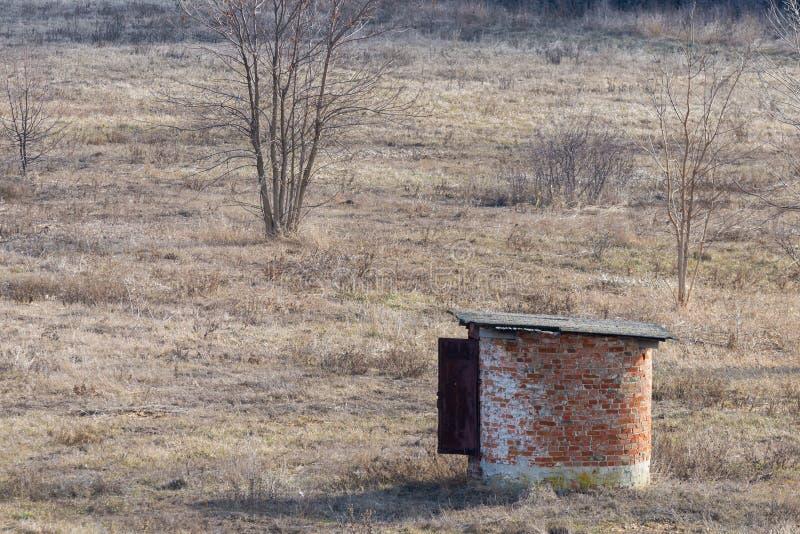 Structure en pierre isolée de petit rond dans la steppe photos stock