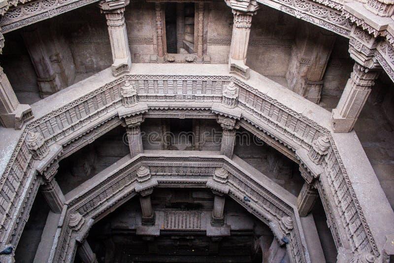 Structure historique de puits d'étape d'Adalaj photos stock