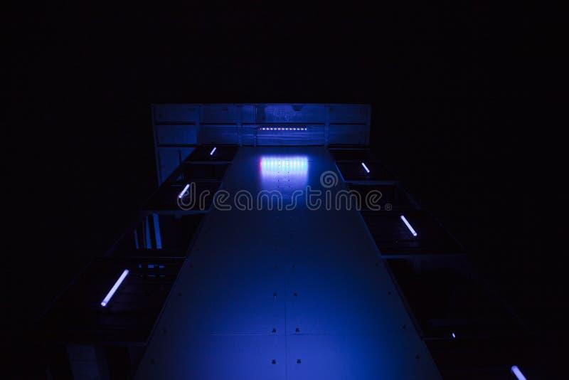 Structure métallique industrielle allumée par bleu photo stock