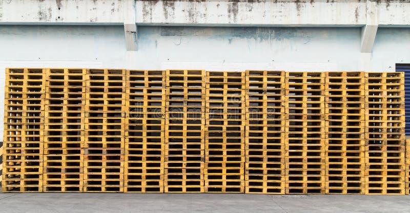 Structure plate de transport de dérapage en bois de palette qui soutient tandis que soyez photo libre de droits