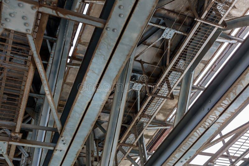 Structure rouillée de pont en train en métal photographie stock libre de droits