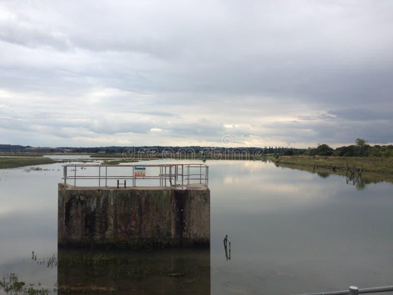 Structure submergée en rivière photo libre de droits