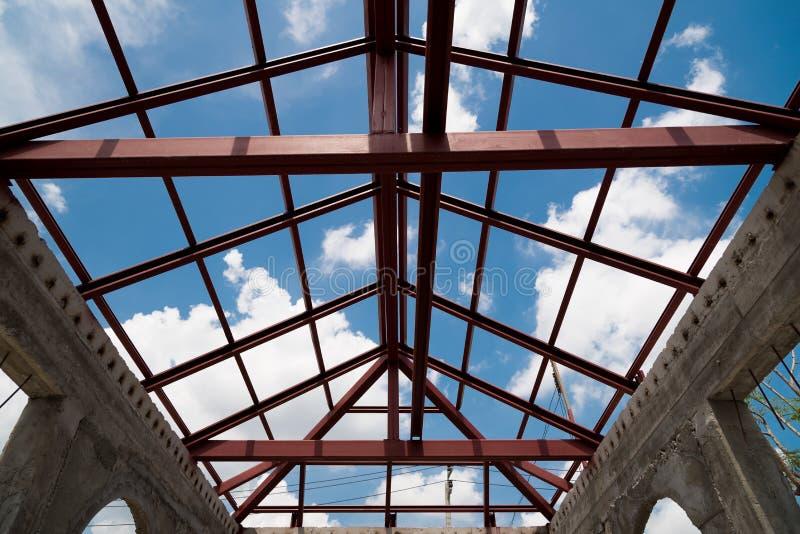 Structureel staalstraal op dak van de bouw, stock fotografie