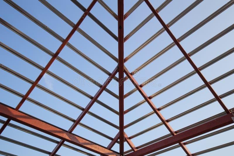Structureel staalstraal op dak van de bouw woonconstructi royalty-vrije stock foto