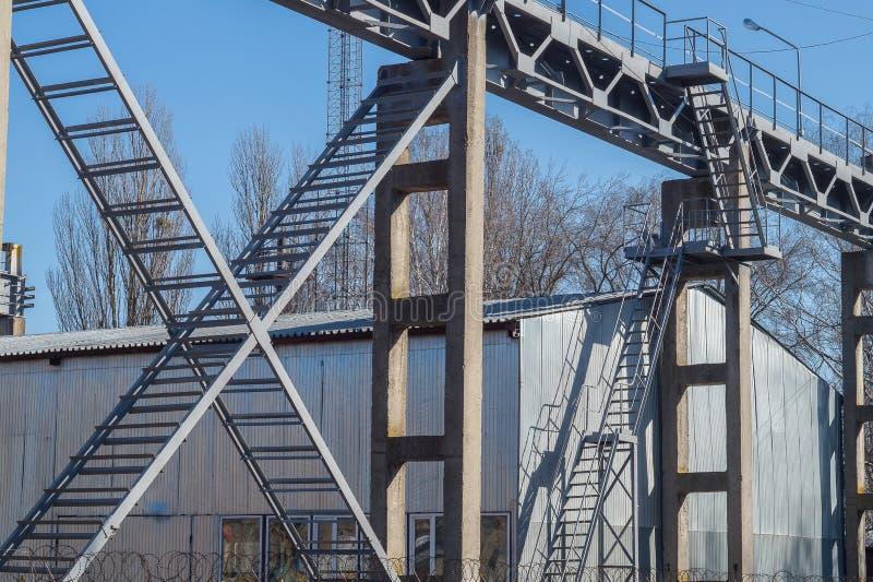 Structures de cadres de pont en métal Cran ferroviaire photos libres de droits
