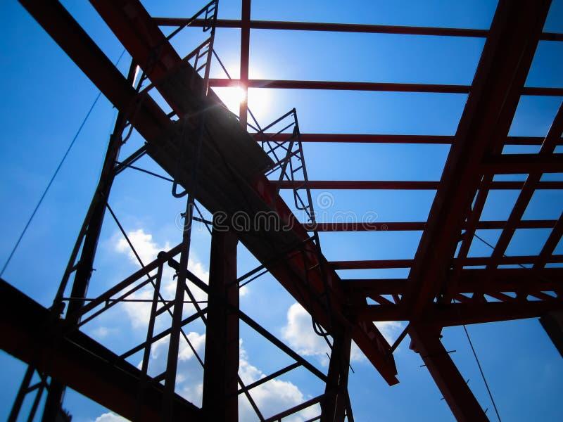 Structuur van het kader van het staaldak in bouwwerf stock fotografie
