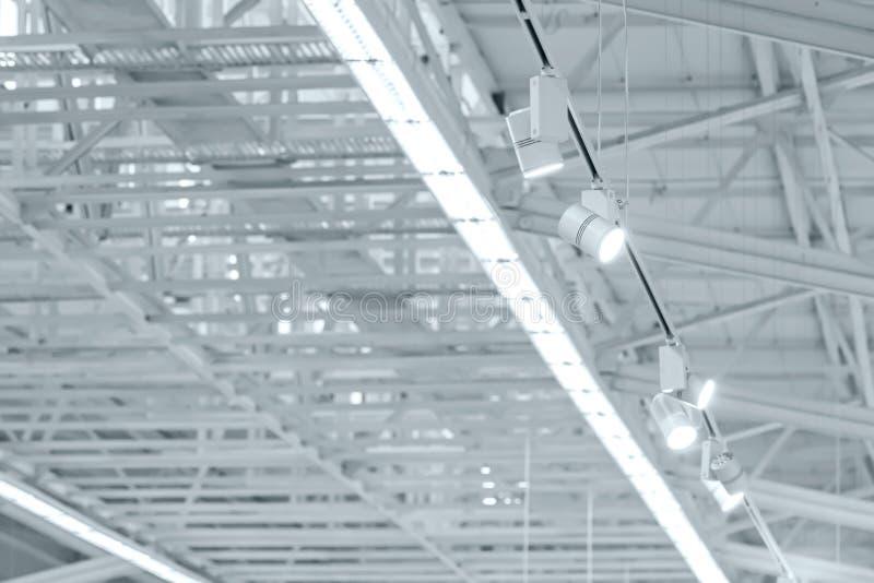 Structuur van metaal industrieel dak met dakramen en tentoonstelling royalty-vrije stock afbeelding