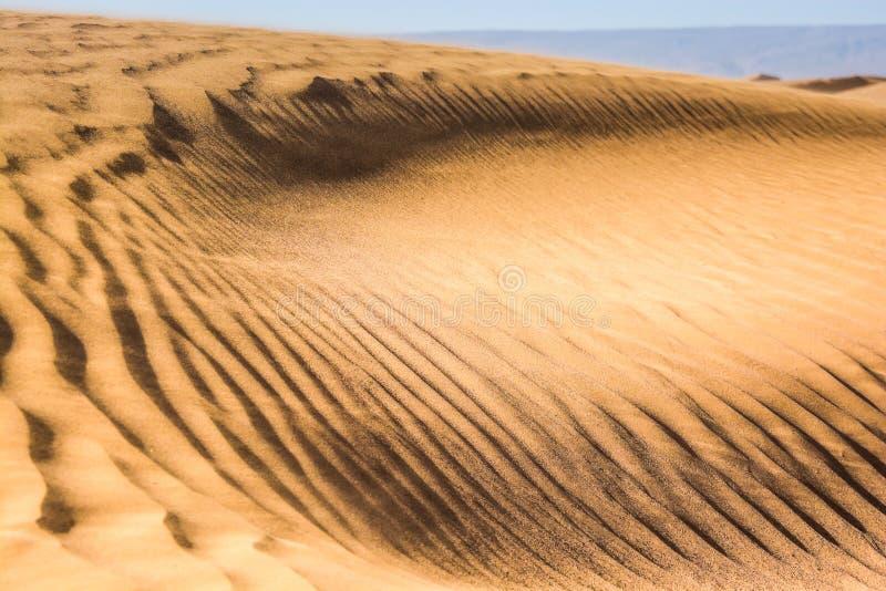Structuur van zandduinen tijdens zonsondergang in Erg Chegaga, Marokko stock foto's