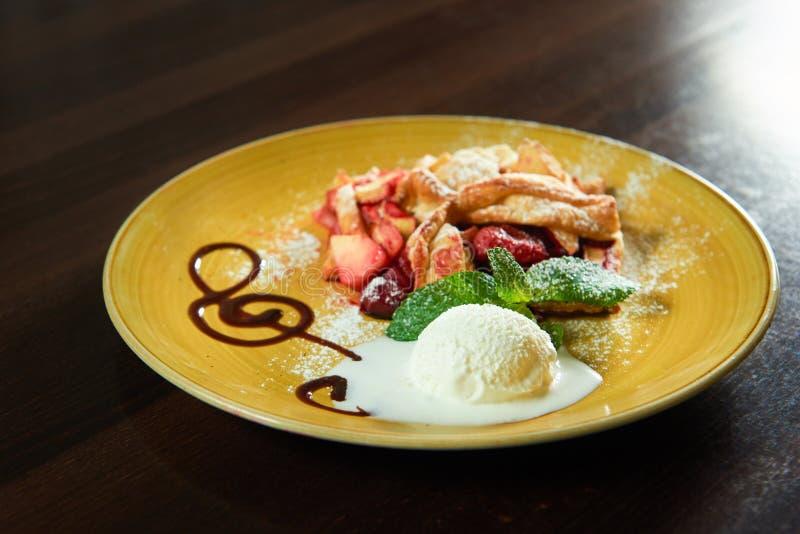 Strudel φρούτων με μια σέσουλα του παγωτού στοκ φωτογραφίες με δικαίωμα ελεύθερης χρήσης
