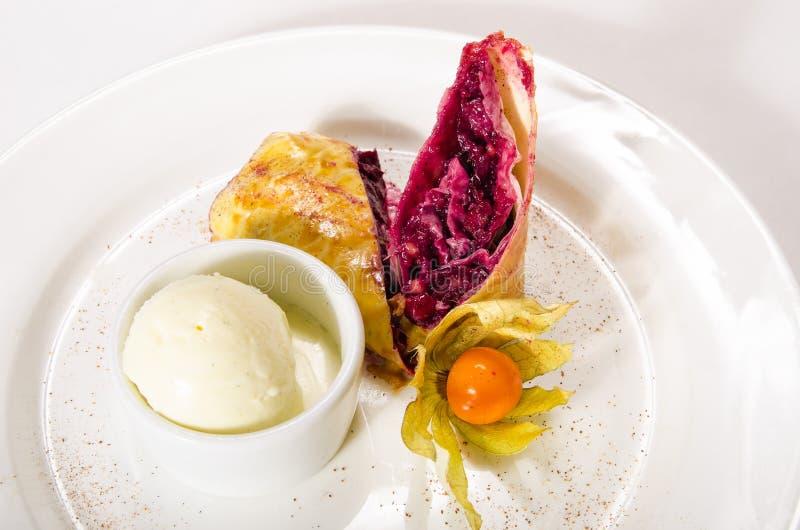Strudel des gefrorenen Blätterteiges mit Kirsche auf weißer Platte lizenzfreie stockfotos
