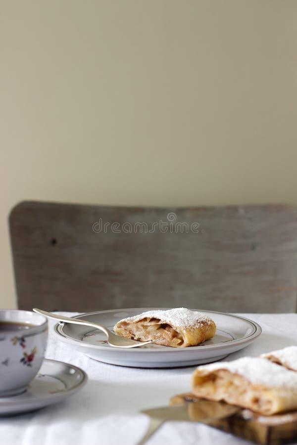 Strudel med Apple-päron fyllning som tjänas som med te Traditionell österrikisk efterrätt arkivfoto