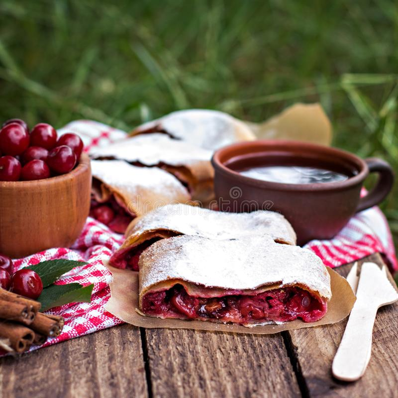 Strudel med en körsbär Körsbärsröd Pie royaltyfri fotografi