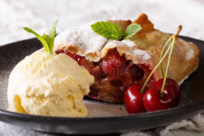 Strudel viennese delizioso della ciliegia con la macro del gelato alla vaniglia immagine stock libera da diritti