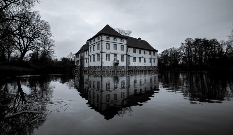 struenkede Herne Alemania del castillo blanco y negro imagenes de archivo