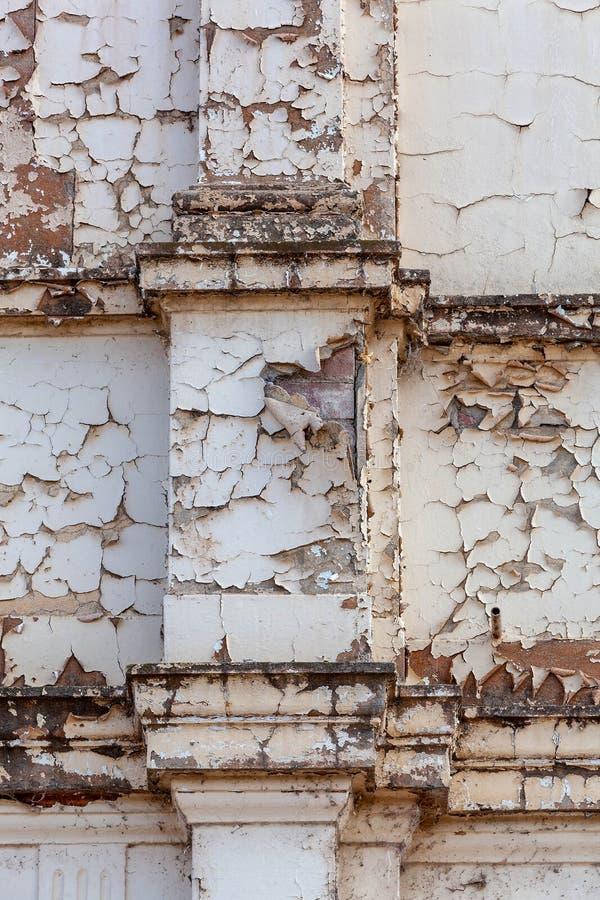 Strugający farbę od starego cementu odpłacającego się budynek zdjęcie stock