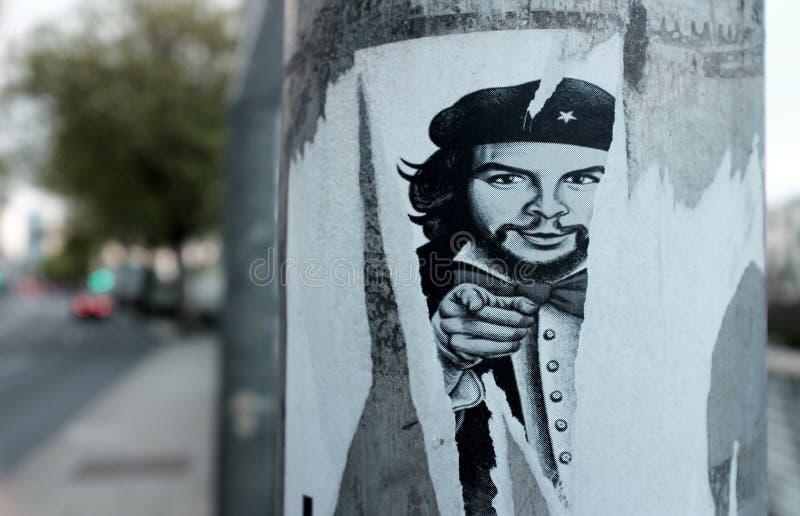 Strugający oddalony plakat Che Guevara na zakładu użyteczności publicznej słupie fotografia royalty free
