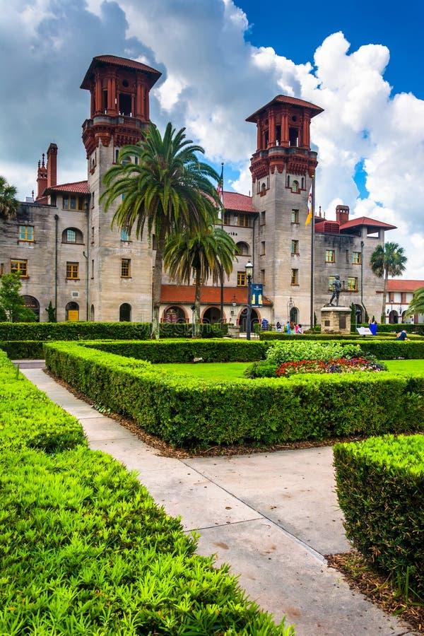 Struiken en Ponce DE Leon Hall bij Flagler-Universiteit, in St Augusti royalty-vrije stock foto's