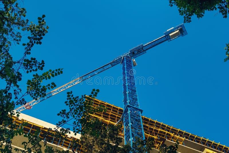 Struktur av en ny konkret byggnads- och hissakran arkivbilder