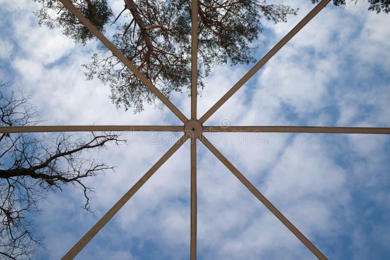 Struktur av metall för byggnadskonstruktion på bakgrund för blå himmel arkivfoton